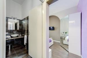 A bathroom at B&B Colosseo Panoramic Rooms