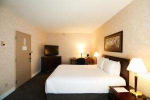 A bed or beds in a room at Atrium Inn Vancouver