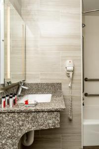 A bathroom at LeTap Hotel near AirTrain JFK Airport