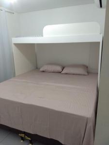 A bunk bed or bunk beds in a room at Apartamento na praia do francês