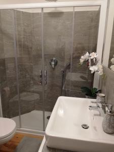A bathroom at Condominio Baradello