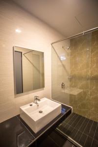 A bathroom at 3-Plus Hotel