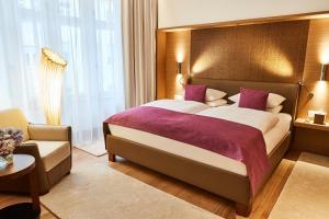 A bed or beds in a room at Vier Jahreszeiten Kempinski München