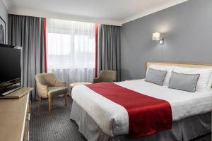 A bed or beds in a room at OYO Flagship London Finchley