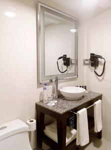 A bathroom at Mercure Ariosto Lima