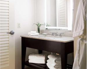 A bathroom at Hilton Orlando Buena Vista Palace - Disney Springs Area