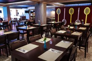 Um restaurante ou outro lugar para comer em Ramada Hotel & Suites Lagoa Santa By Wyndham