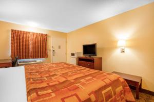 A bed or beds in a room at Motel 6-Little Rock, AR - Airport