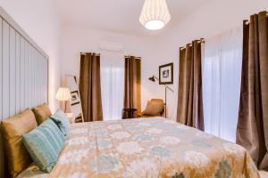 A bed or beds in a room at Downtown Lux Apartment