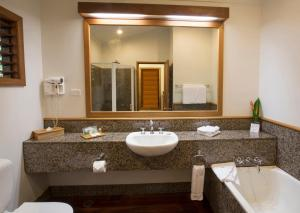 A bathroom at Thala Beach Nature Reserve