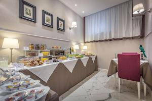 A restaurant or other place to eat at Hotel Ungherese Small Luxury Hotel