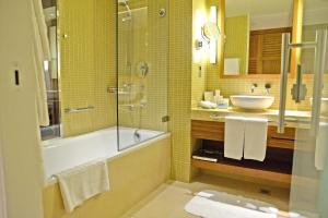 Un baño de Yas Island Rotana Abu Dhabi