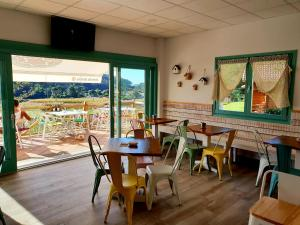 A restaurant or other place to eat at Cabañas de Lires