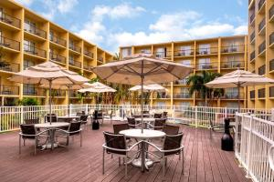 A restaurant or other place to eat at DoubleTree by Hilton Hotel Tampa Airport-Westshore