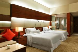 A bed or beds in a room at The Westin Guangzhou