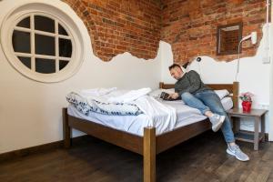 Een bed of bedden in een kamer bij Palmers Lodge Swiss Cottage