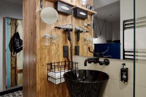 Ein Badezimmer in der Unterkunft me and all hotel mainz