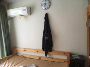 A bed or beds in a room at Beverly Dago Apartment