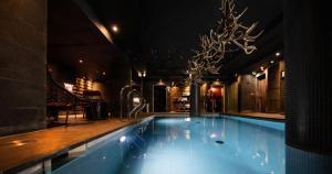 Der Swimmingpool an oder in der Nähe von Hotel Avenue Lodge