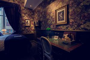 A restaurant or other place to eat at Hotel Pigalle