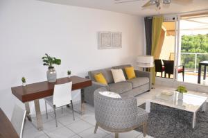 Uma área de estar em Beau Duplex 2 chambres Vue Mer Punaauia