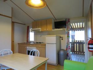 A kitchen or kitchenette at Camping Les P'tites Maisons dans la Prairie