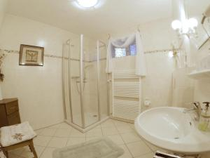 A bathroom at Apartment Happy Mosel