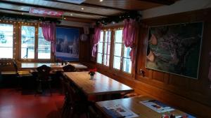 Ein Restaurant oder anderes Speiselokal in der Unterkunft Berggasthaus Arviblick