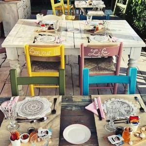 A restaurant or other place to eat at B&B Marzamemi