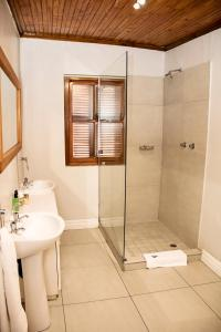 A bathroom at Beaufort Manor Country Lodge