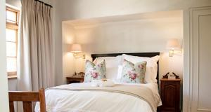 A bed or beds in a room at Beaufort Manor Country Lodge