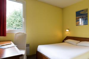 A bed or beds in a room at Hôtel Arcole, Nancy Sud
