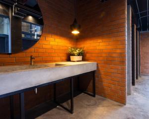 Ein Badezimmer in der Unterkunft BED STATION Hostel Khaosan