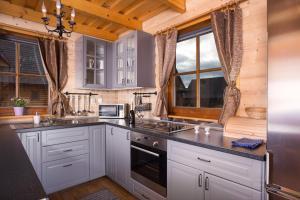 Kuchyň nebo kuchyňský kout v ubytování Víkendové Chalupy