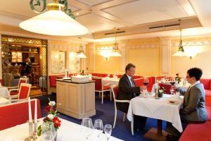 Ein Restaurant oder anderes Speiselokal in der Unterkunft Hotel Weißes Roß
