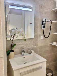 A bathroom at Les appartements d'Edmond Saint Suffren