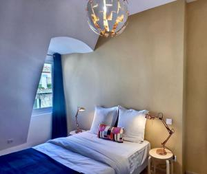 A bed or beds in a room at Les appartements d'Edmond Saint Suffren