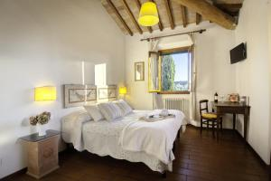 A bed or beds in a room at Podere Scaluccia