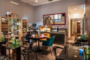 A restaurant or other place to eat at Navona Colors Hotel