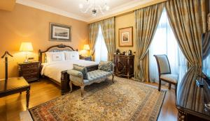A bed or beds in a room at Pera Palace Hotel