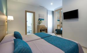 Кровать или кровати в номере Hotel Sur Málaga