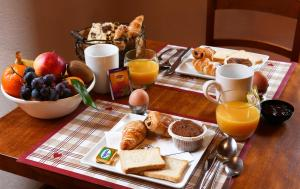 Breakfast options available to guests at Brit Hotel Confort La Ferme du Pape