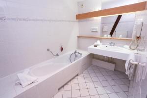 A bathroom at Brit Hotel Confort La Ferme du Pape