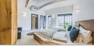 A bed or beds in a room at LOFT Astoria