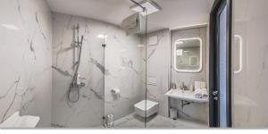 A bathroom at LOFT Astoria