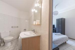 A bathroom at Hôtel du Rocher