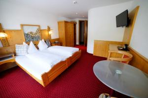 A bed or beds in a room at Hotel Crystal