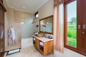 A bathroom at Champaca Luxury Villas Ubud