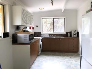 A kitchen or kitchenette at Shipley@Portsea: walk to back beach