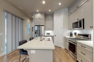 A kitchen or kitchenette at Pinnacle Pines